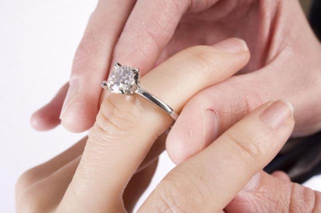 Кольцо с бриллиантом - лучший подарок турецкой невесте