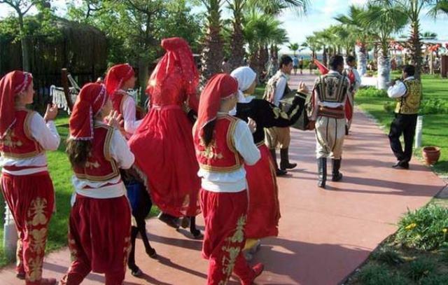 Родственники жениха идут к дому невесты